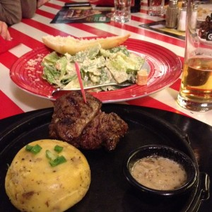 Filet, Mashed Potatoes, Steinpilzbutter, dahinter: Caesar Salad - TGI Friday's - Wien