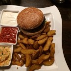 Cheeseburger mit Spicy Potatoes, Sour cream und hot mexican chili sauce - Clocktower American Bar & Grill - Wien-Süd - Brunn am Gebirge