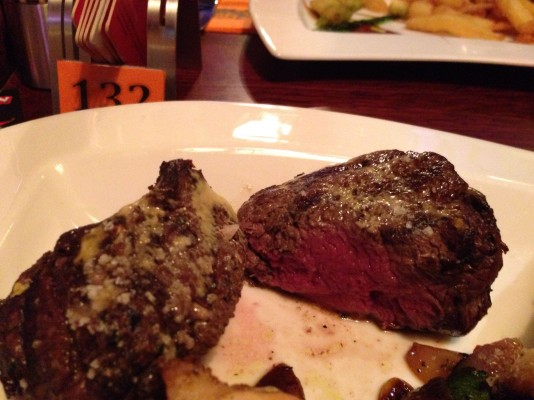 Filet Mignon - Medium beim Surf & Turf Deluxe - Clocktower American Bar & Grill - Wien-Süd - Brunn am Gebirge