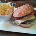 Cheeseburger mit Chips