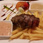 Filet Mignon 250g mit Pommes, Spicy Cocktail Sauce und Honey Mustard Sauce. - Clocktower American Bar & Grill - Wien-Süd - Brunn am Gebirge