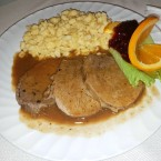 "Rindsbraten vom Weißen Scherzl in Wurzelsauce mit Spätzle und Preiselbeeren - Gasthof-Pension ""Zur Bruthenne"" - Furth/Triesting"