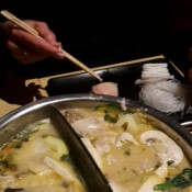 """Hot Pot Fondue"" mit Curry-Kokos Suppe"