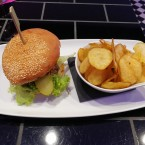 Hamburger mit hausgemachten Potatoe Chips  03/2017 - Lazy Flamingo - Obertauern