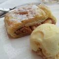 Apfelstrudel mit Vanilleeis (Business Lunch)