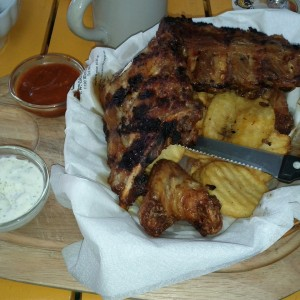 Mixed Basket (Spareribs, Chicken Wings und Dollarchips) um €9,80 - Fischerbräu - Wien
