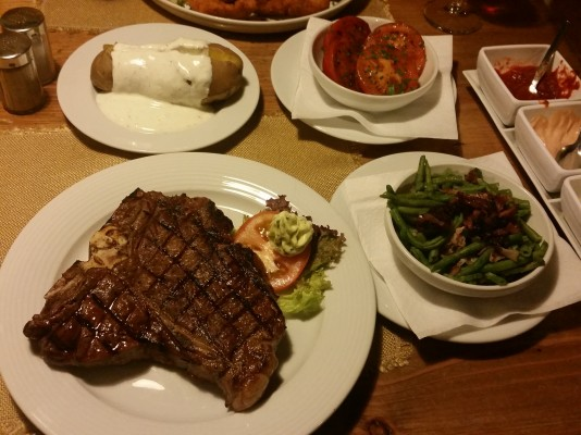 T-Bone Steak mit Beilagen - Rocky Docky's Western-Steak-House - Wien
