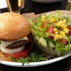 Bacon Cheese Burger mit gemischtem Salat - Beat Graz - Graz