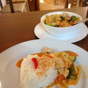 Rotes Thai Curry mit Reis - Lanna Thai Imbiss & Shop - Kitzbühel