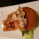 Surf and Turf Burger mit Steak frites, Cole Slow Salat, Rucola