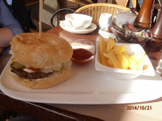 Cheeseburger mit Pommes - Cafe Maximilian - Wien