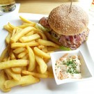 BBQ Burger mit Steak fries