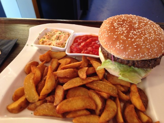 Farmers best Burger mit spicy potatoes - Clocktower American Bar & Grill - Wien-Süd - Brunn am Gebirge